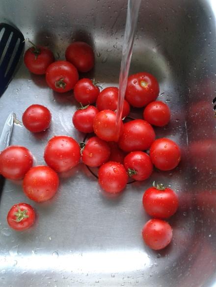 limpiando tomates